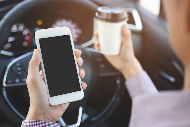 Mensen persoon die 's ochtends een papieren kopje koffie van hete hand in een auto drinkt, niet slaperig, wees energiek tijdens het rijden.
