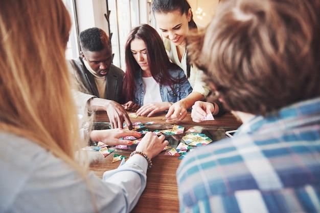Mensen plezier tijdens het spelen van bordspel