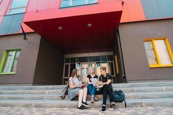 Mensen poseren op de ingang van de universiteit