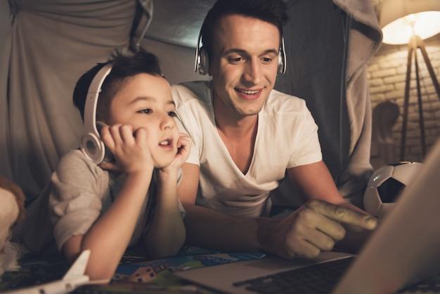 Mensen praten thuis via skype met familie op laptop.