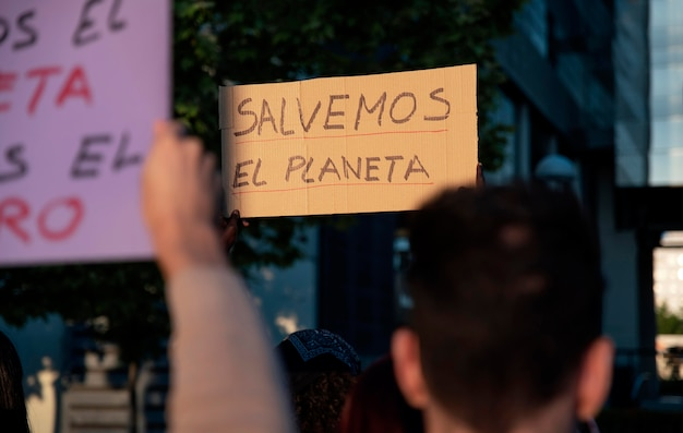 Mensen protesteren met borden