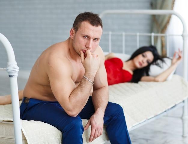 Mensen, relatieproblemen, conflicten en familieconcept - ongelukkig paar dat problemen heeft bij slaapkamer