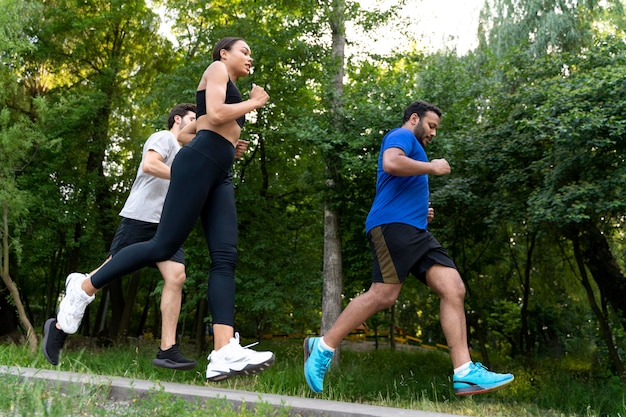 Mensen rennen samen full shot