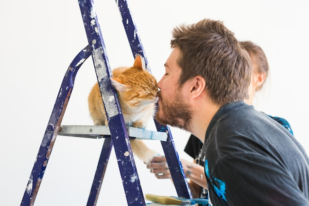 Mensen renovatie huisdier en reparatie concept portret van grappige kerel met kat doen