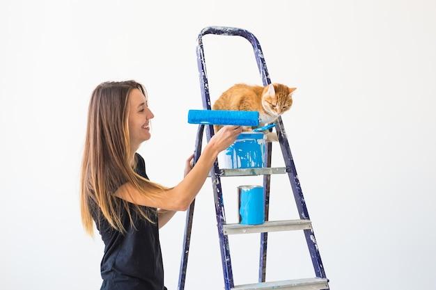Mensen renovatie huisdier en reparatie concept portret van grappige vrouw met kat doet herinrichting in