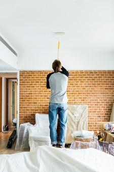 Mensen renoveren het huis