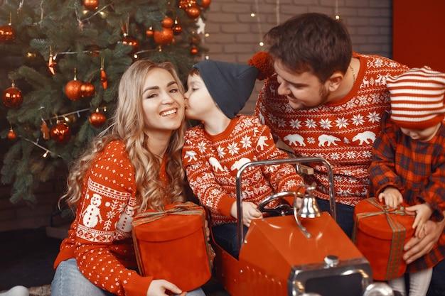 Mensen repareren voor kerstmis. mensen spelen met hun dochter.