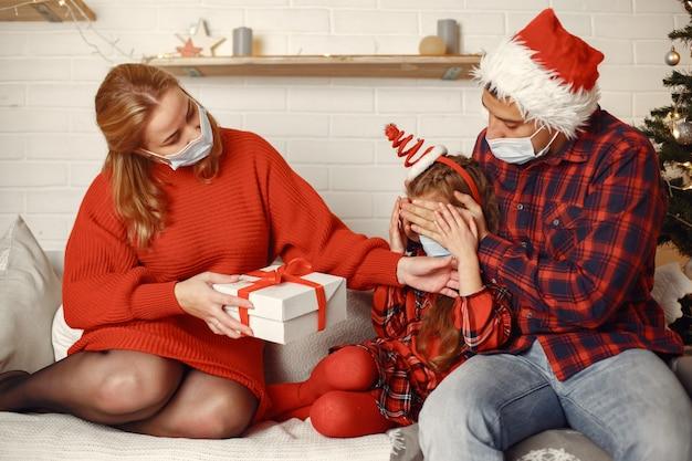 Mensen repareren voor kerstmis. ouders spelen met dochter.