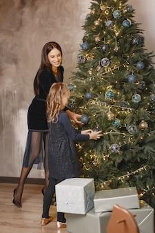 Mensen repareren voor kerstmis.