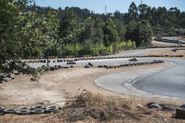 Mensen rijden een kart op het circuit
