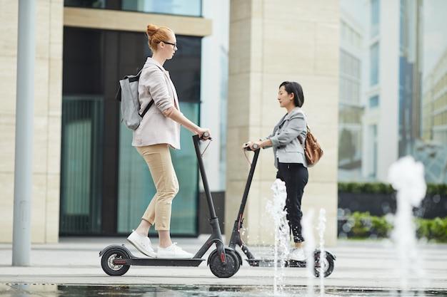 Mensen rijden elektrische scooters in de stad