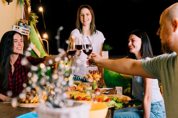Mensen roosteren wijn op feestje