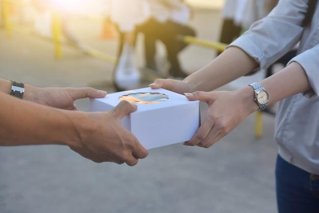 Mensen ruilen geschenkdoos