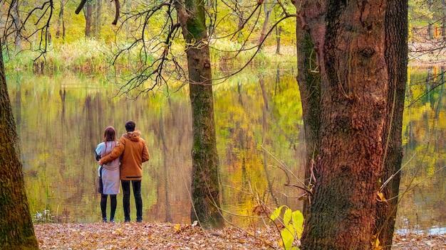 Mensen rusten en knuffelen in een bospark in chisinau, moldavië