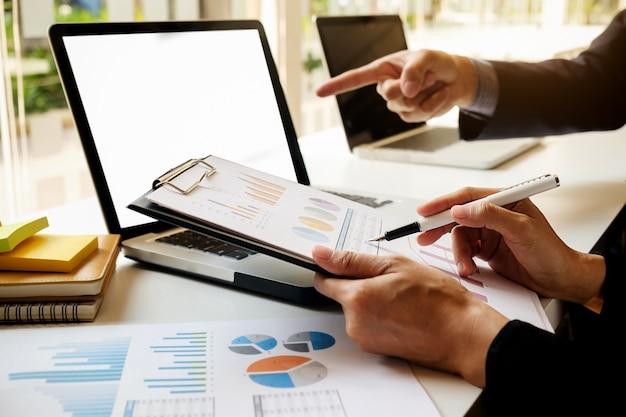 Mensen samenwerking accountant consulting boekhouding wijzen