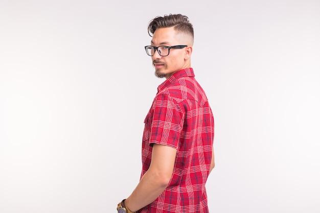 Mensen, schoonheid en mode concept - close-up portret jonge stijlvolle knappe man op wit
