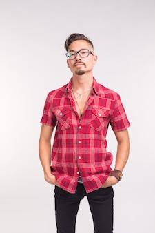 Mensen, schoonheid en mode concept - close-up portret jonge stijlvolle knappe man op witte achtergrond met kopie ruimte.