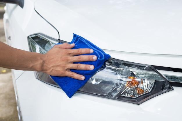Mensen schoonmakende auto met microfiberdoek - auto detaillerende en valeting concepten