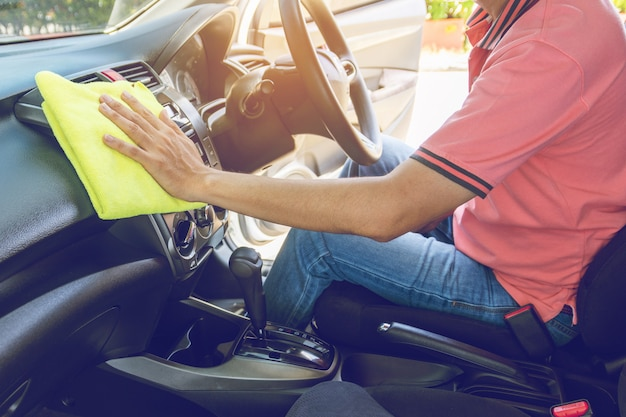 Mensen schoonmakende auto met microfiberdoek