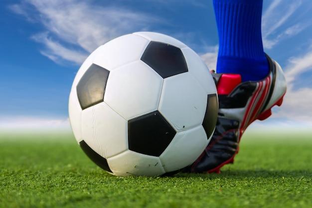 Mensen schoppen voetbal.