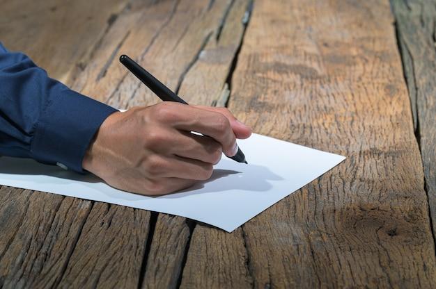 Mensen schrijven rapporten op papier