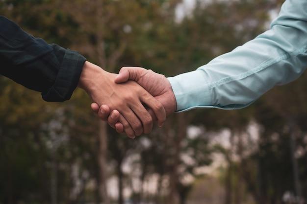 Mensen schudden hand groet teamwork partnerschap vriendschap buiten gemeenschap