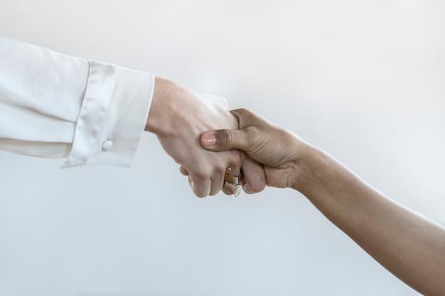 Mensen schudden handen in zakelijke overeenkomst