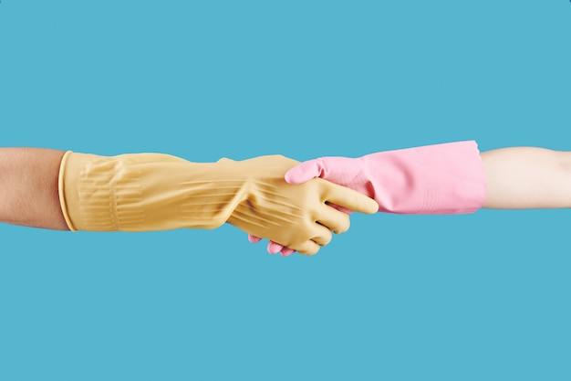 Mensen schudden handen na het schoonmaken van huis
