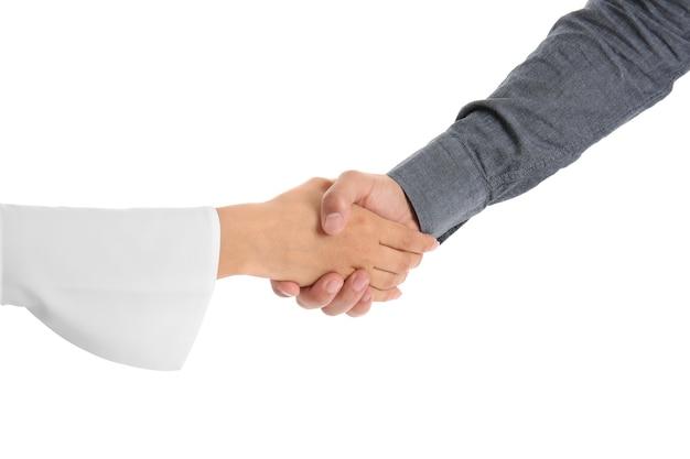 Mensen schudden handen op wit