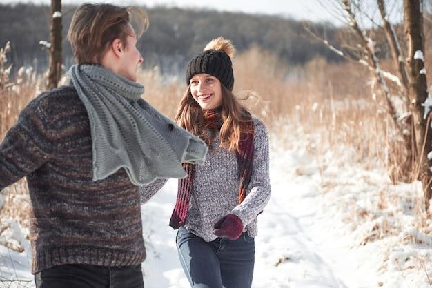 Mensen, seizoen, liefde en vrije tijd - gelukkig paar dat pret heeft in de winter