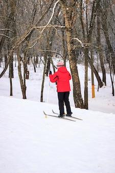 Mensen skiën in een besneeuwd park