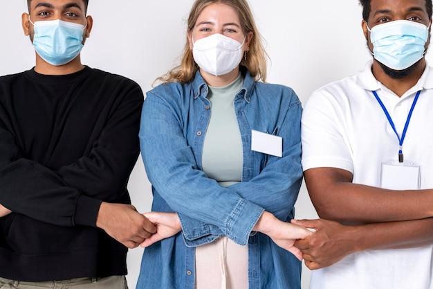 Mensen slaan de handen ineen met vrijwilligers die een masker dragen in het nieuwe normaal
