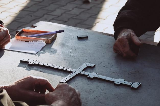 Mensen spelen het dominospel in het park