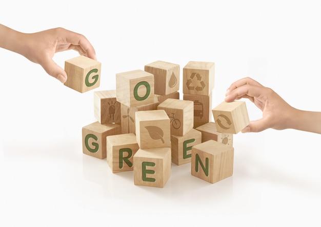 Mensen spelen met houten blokken