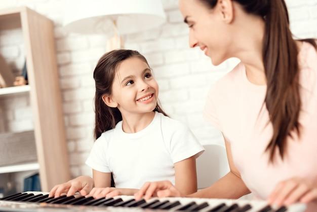 Mensen spelen op piano en rusten en hebben plezier.