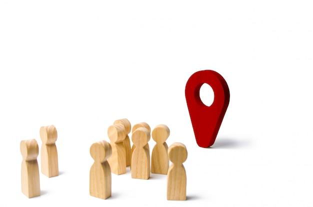 Mensen staan in de buurt van de locatiemarkering. concept van navigatie en locatie.