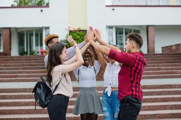 Mensen stapelen alle handen samen