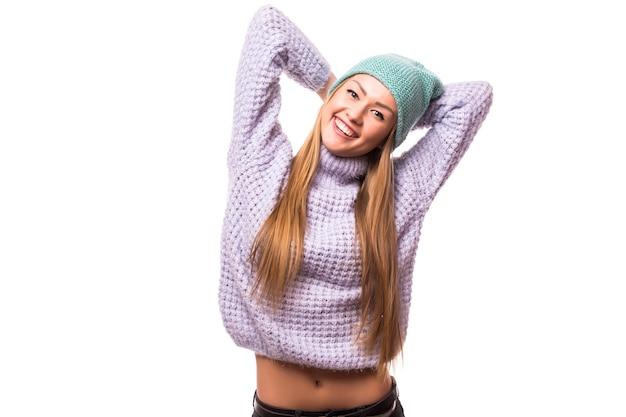 Mensen, stijl en manierconcept - gelukkige jonge vrouw of tienermeisje in vrijetijdskleding en hipsterhoed