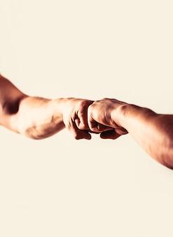 Mensen stoten hun vuisten tegen elkaar, armen vriendelijke handdruk vrienden groeten handen van mensen mensen