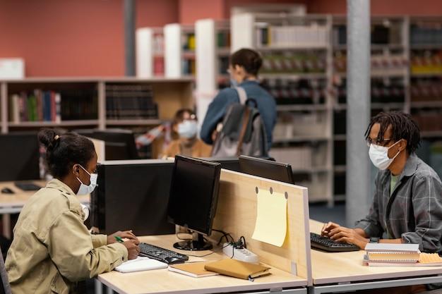Mensen studeren vreedzaam in de bibliotheek