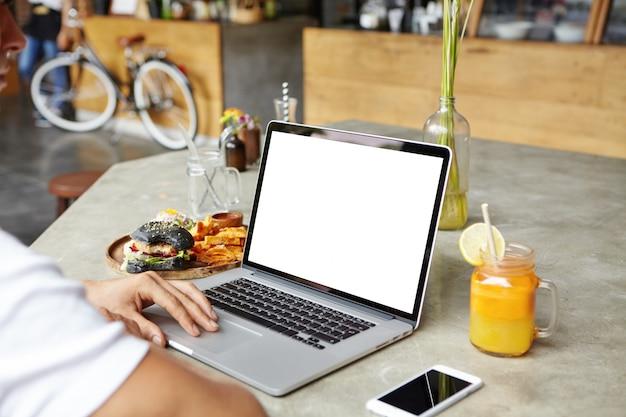 Mensen, technologie en communicatie. kaukasische student met behulp van laptopcomputer, sms'en van vrienden online via sociale media