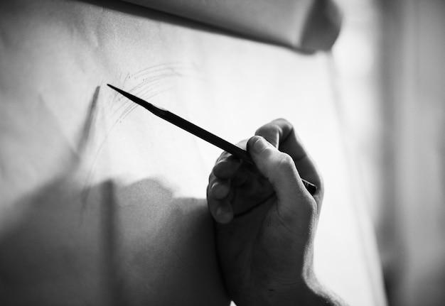 Mensen tekenen portretten met potlood