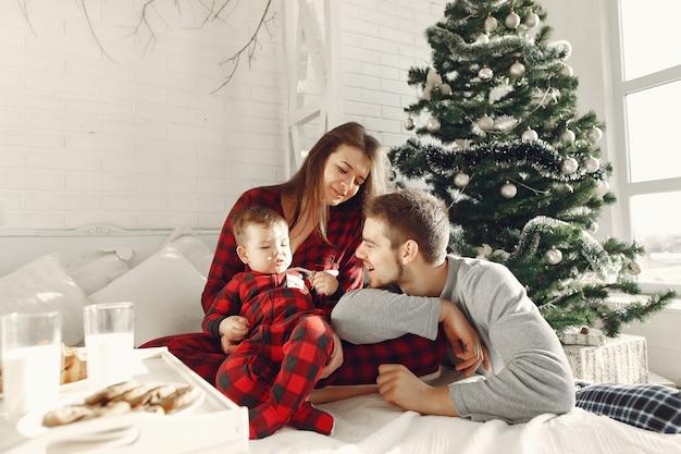 Mensen thuis. familie in een pyjama. melk en croissants op een dienblad.