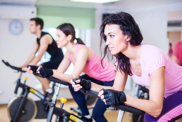 Mensen trainen fietsen in de sportschool