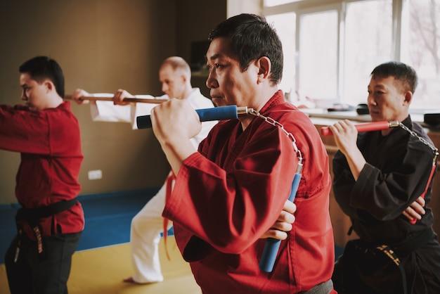 Mensen trainen met nunchuck en sticks