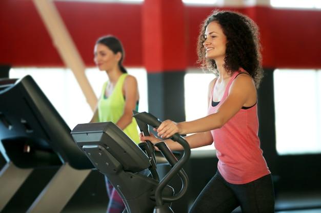 Mensen trainen op de hometrainer in de sportschool