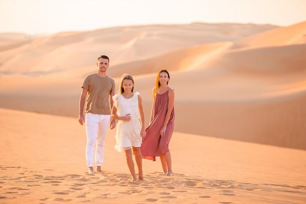 Mensen tussen de duinen in de rub al-khali-woestijn in de verenigde arabische emiraten