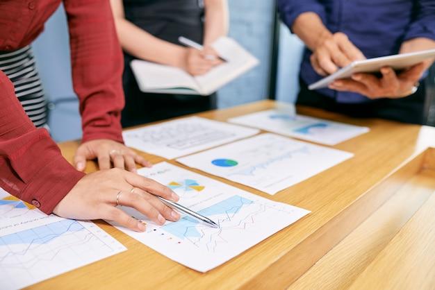 Mensen uit het bedrijfsleven analyseren van document