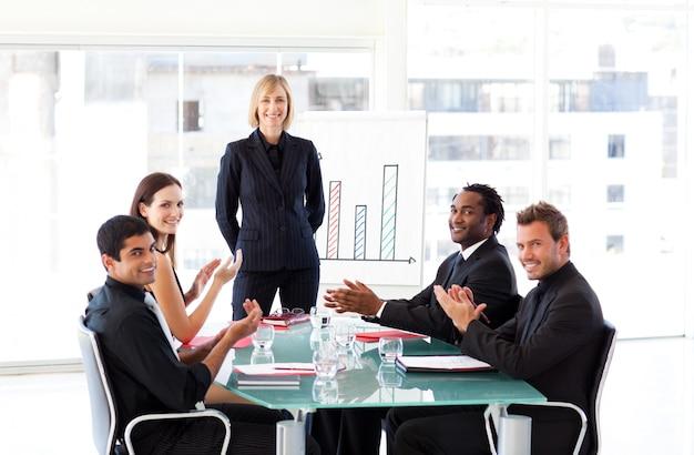 Mensen uit het bedrijfsleven applaudisseren in een presentatie