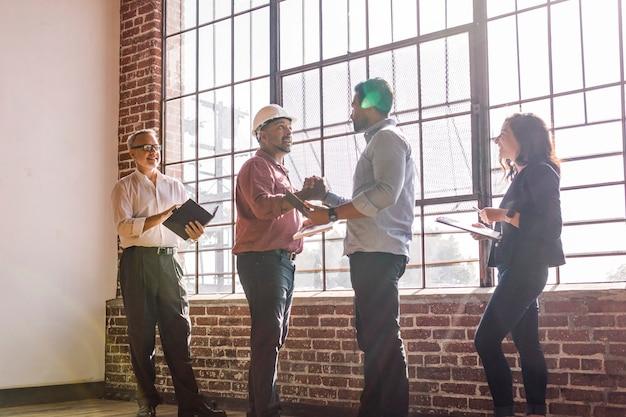 Mensen uit het bedrijfsleven begroeten door elkaar de hand te schudden